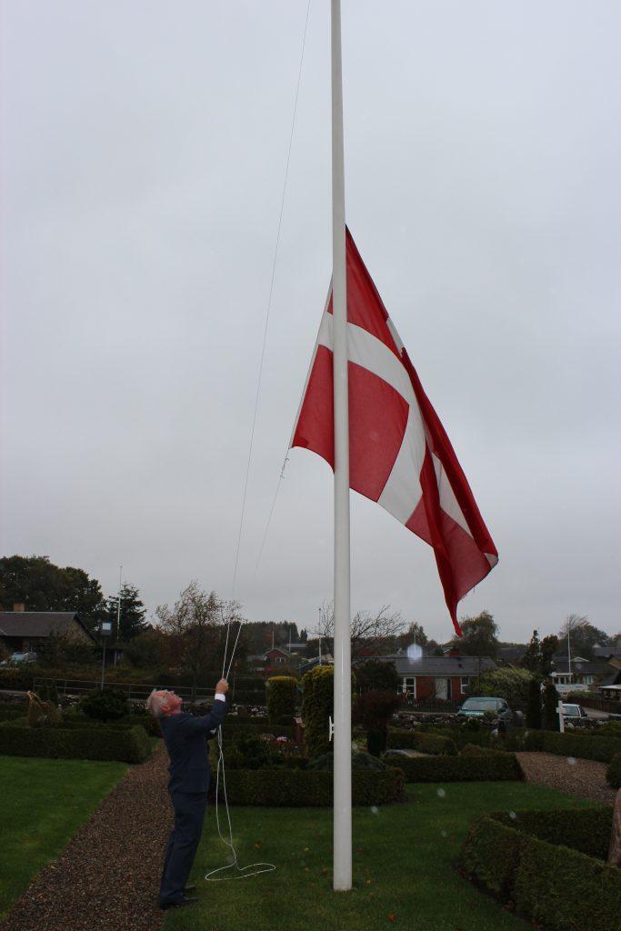 Flaget hejses.